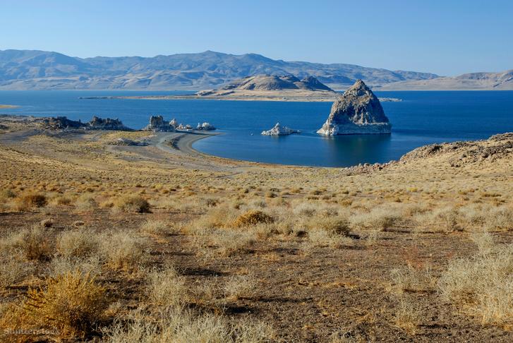 A Pyramid-tó a nevét adó tufaalakkal