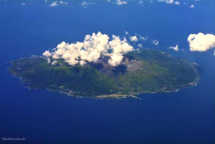 Légi felvétel a Miyake-szigetről, mely a feltételezett Sárkány-háromszög Japánhoz partjaihoz eső csúcsa.