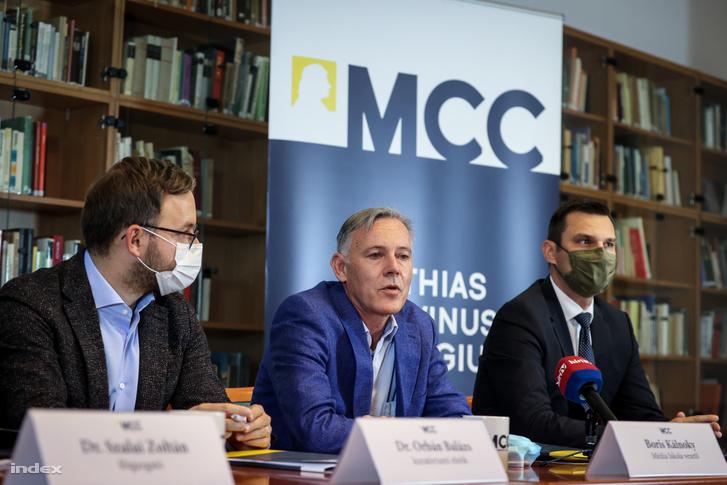 Boris Kálnoky (középen), a Mathias Corvinus Collegium (MCC) Média Iskolájának vezetője
