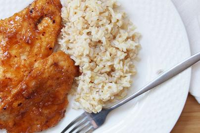Fűszeres bundában sült csirkemell mézes-fokhagymás szósszal - Pillanatok alatt kész az ebéd