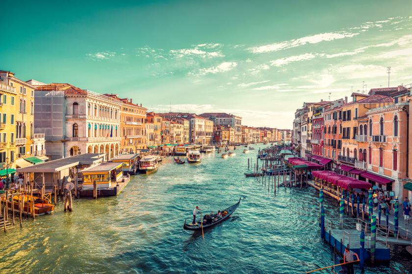 Velencében állandó áradásveszély fenyeget, amitől idővel megrogyhatnak a házakat támasztó cölöpök.