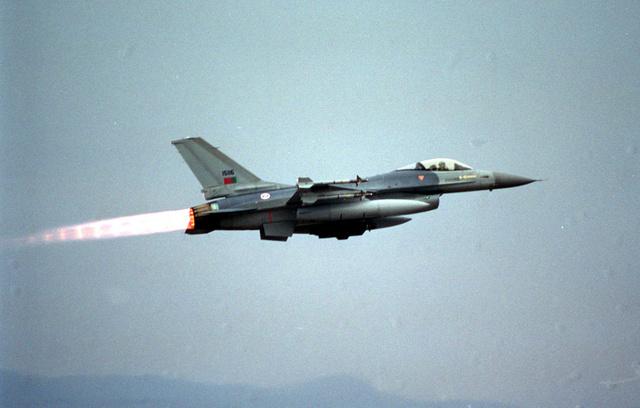 Egy F16-os használja utánégetőjét felszállás után