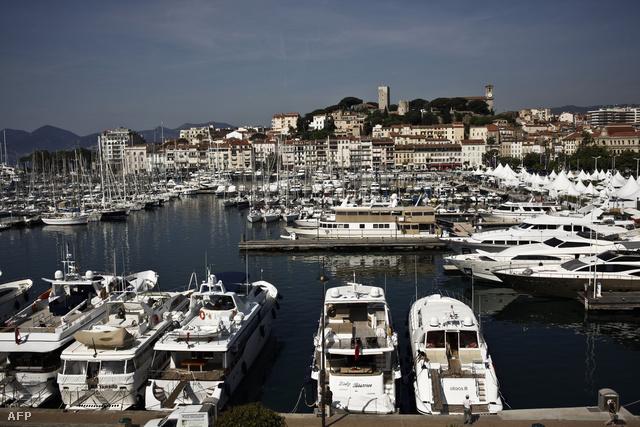 Luxusjachtok horgonyoznak Cannes kikötőjében