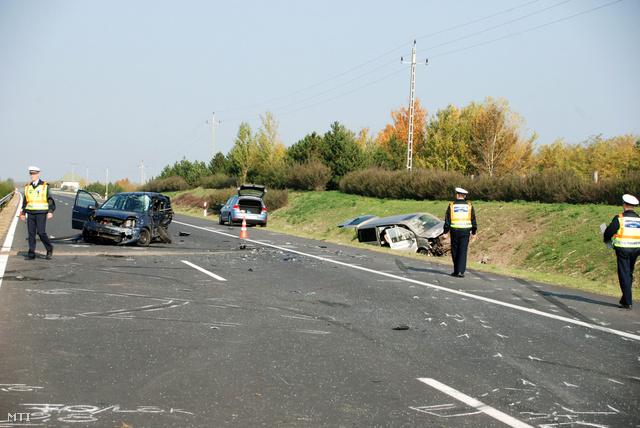 Rendőrök helyszínelnek egy összeroncsolódott mikrobusz és egy személyautó mellett az M5-ös autópálya Budapest irányába vezető oldalán a 107-108 kilométerszelvény között Kecskemét közelében. A Miniszterelnökséget vezető államtitkárt Lázár Jánost szállító mikrobusz személyautónak ütközött, a baleset következtében az autóban egy nő meghalt. Az államtitkár és a mikrobusz vezetője könnyebben megsérült.