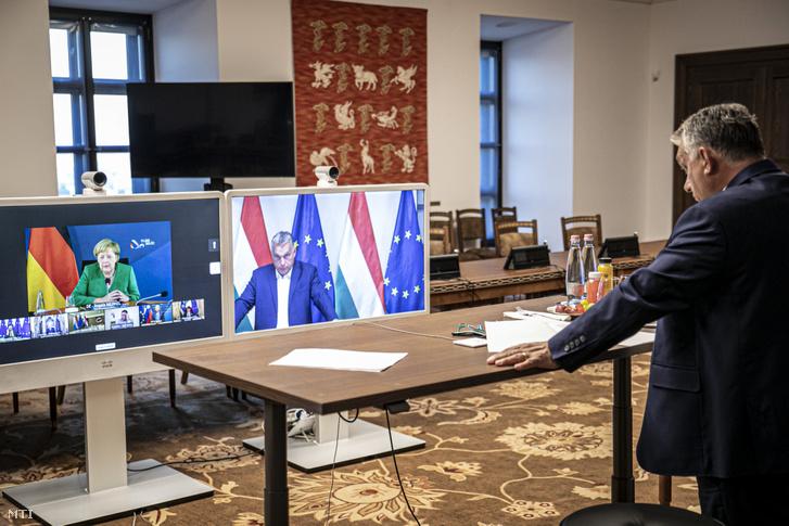 Orbán Viktor kormányfő a soron következő uniós csúcstalálkozót előkészítő megbeszélést folytat Charles Michellel, az Európai Tanács elnökével, Angela Merkel német kancellárral, a ciprusi elnökkel, valamint az olasz, a szlovén, az észt és a luxemburgi miniszterelnökkel a karmelita kolostorban, videókonferencia keretében 2020. szeptember 9-én