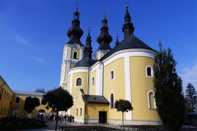 A Szabolcs-Szatmár-Bereg megyei Máriapócs kegytemplomának fogadalmi kegyképe háromszor, 1696-ban, 1715-ben és 1905-ben is könnyezni kezdett. Az első alkalom után a püspök megvizsgálta a képet, majd Bécsbe küldette azt. Új helyén azonban elapadt a Szűzanya könnye.