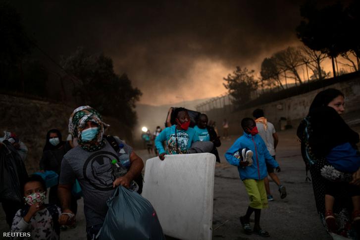 Bozóttűz elől menekülnek Görögországban a Moria menekülttáborból 2020. szeptember 9-én