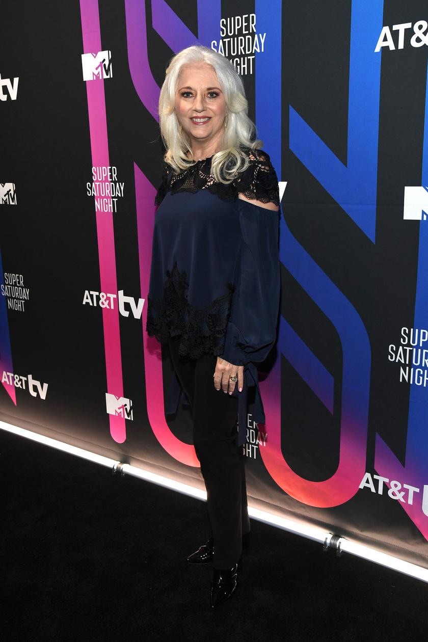 2020 februárjában fotózták le Lady Gaga édesanyját a Super Saturday Night elnevezésű rendezvényen, a kép alapján el sem hisszük, hogy már 66 éves.