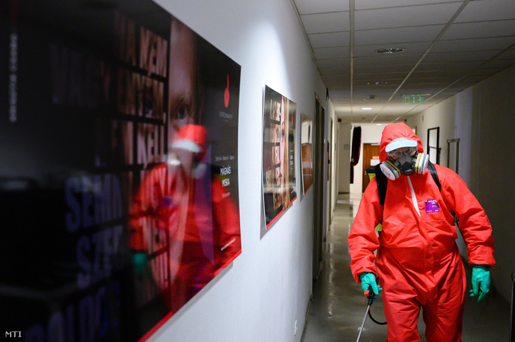 A városgondnokság munkatársa ezüstkolloid permettel fertőtleníti a székesfehérvári Vörösmarty Színház folyósóját 2020. szeptember 9-én. A társulat egyik tagjának koronavírus-tesztje pozitív lett, ezért elhalasztják Az ember tragédiája 2.0 szeptember 12-ei ősbemutatóját, és fertőtlenítik az épületet.