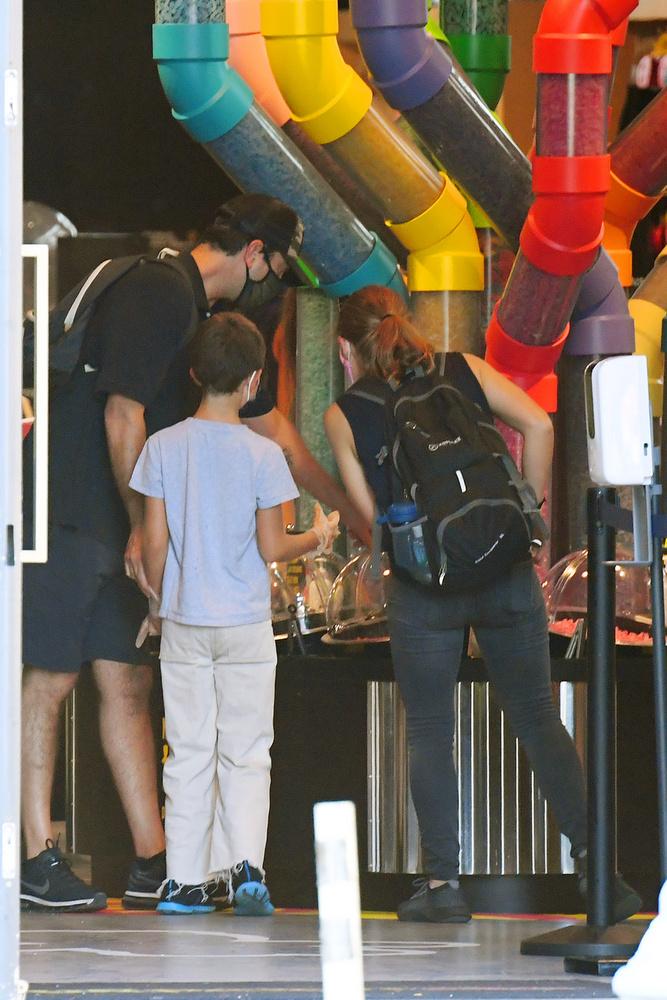 A színész 9 éves, Cleo nevű lányával és hölgykísérőjükkel egy játékboltnál álltak meg, ahol nem játékot, hanem cukorkákat vettek