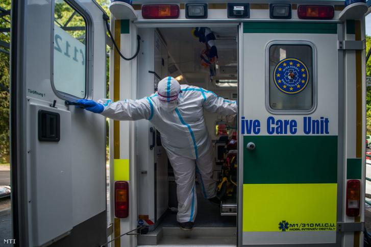 Mentő érkeznik a budapesti Országos Korányi Pulmonológiai Intézetbe, hogy elszállítson egy koronavírussal fertőzött beteget 2020. május 5-én.