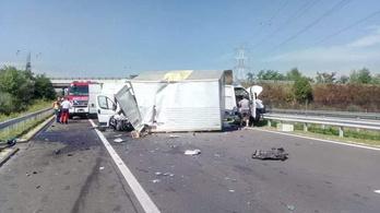 Baleset, egy kisteherautó zárja le az M70-es autópályát