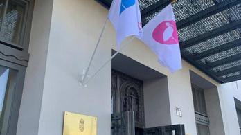 Babazászlók lengenek a Miniszterelnökség és a Főpolgármesteri Hivatal épületén