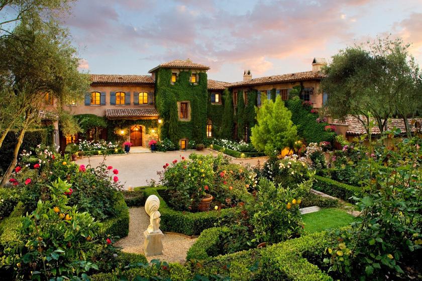 A ház 2003-ban épült mediterrán stílusban. Csodálatos, dús növényzettől burjánzó kert veszi körül olajfákkal és ciprusokkal. A rózsaültetvény a kert legékesebb része.