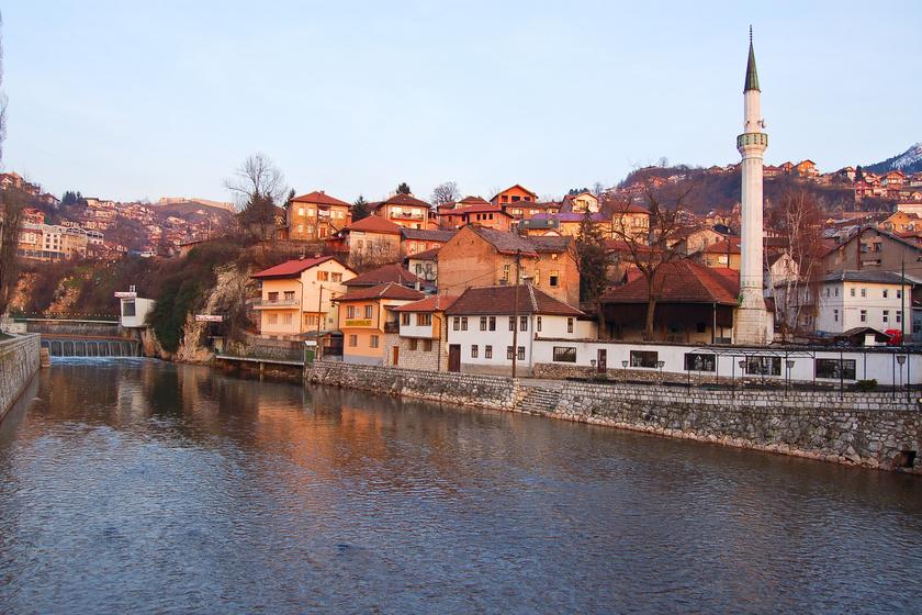 Szarajevó folyója a Miljacka, északi partján található a város legrégebbi, turisták által legkedveltebb része, a Baščaršija, amit a 15. században alapított Isa-Beg Ishaković.