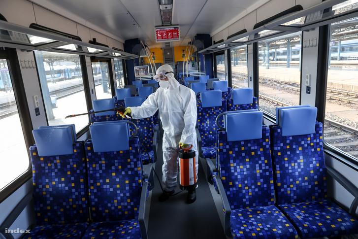 A speciális intézkedést első körben az elővárosi vonatokra, majd a teljes országos rendszerre kiterjesztették: minden személykocsiban és motorvonatban permetezős fertőtlenítést is végzenek.