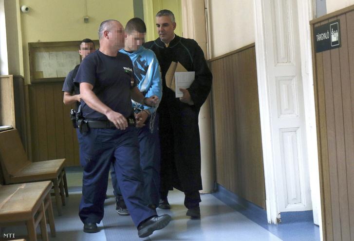 A borsodnádasdi gyilkossággal gyanúsított B. Richárdot vezetik elő az előzetes letartóztatásáról döntő tárgyalásra a Miskolci Törvényszéken 2017. szeptember 7-én