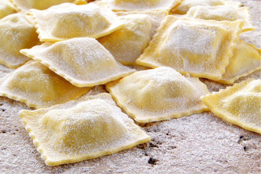 A ravioli töltött olasz tészta, ami sokféleképp kerülhet a tányérra. A kis tésztatáskák húsos és zöldséges töltelékkel is készülhetnek, mártással vagy nélküle fogyasztva is finom lesz, de ki is lehet rántani a megpakolt tésztatáskákat.