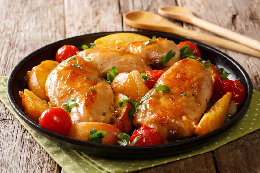 Tepsis csirke vele sült mézes fokhagymával, barackkal: az egyik legfinomabb kora őszi húsétel