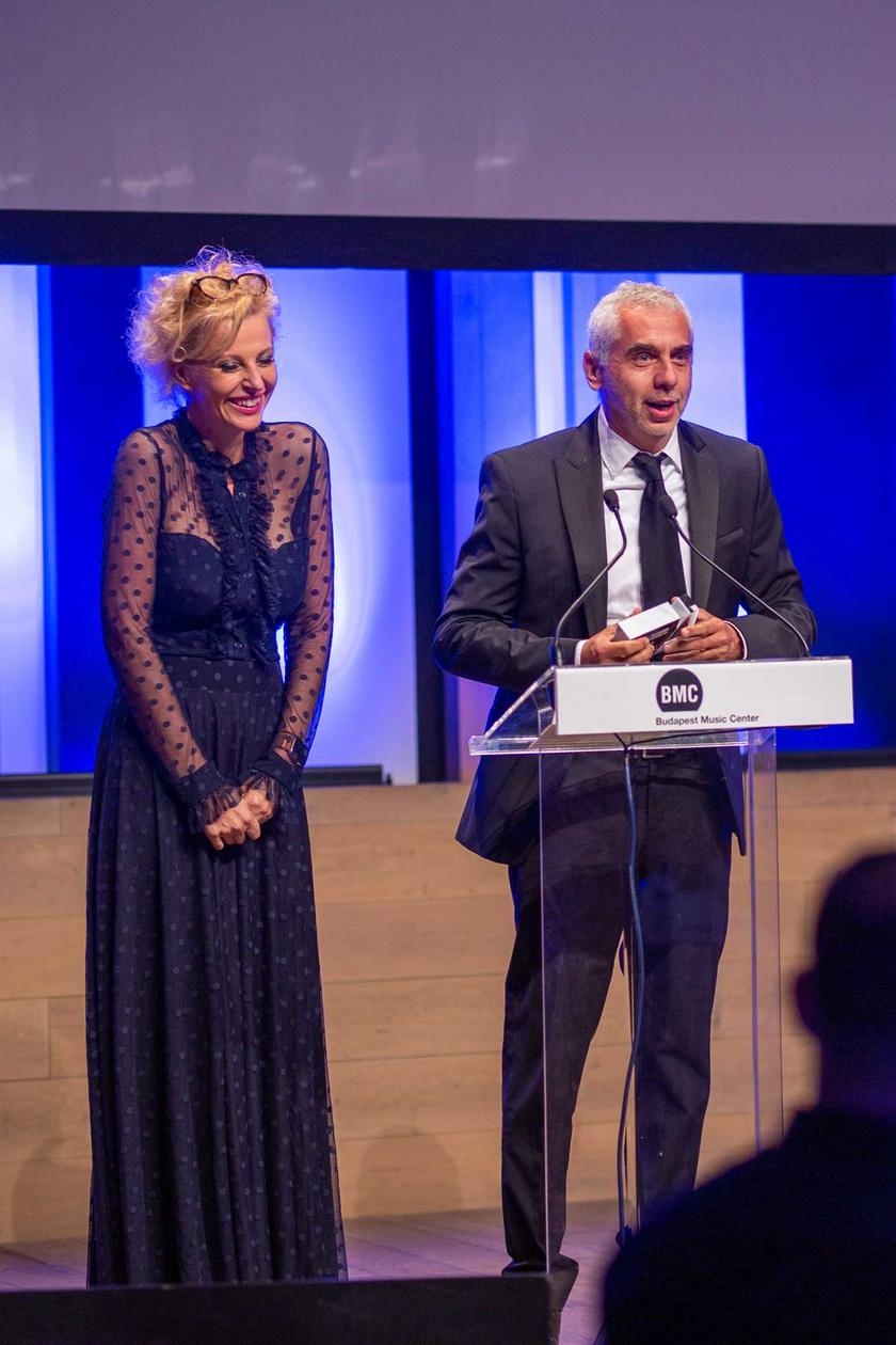 Kapitány Iván és felesége, Kapitány-Diószegi Judit, A mi kis falunk alkotói a harmadik évadért vehették át a díjat.