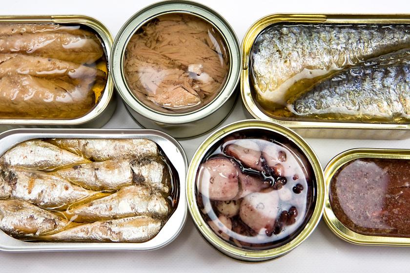 A halkonzervek és konzervzöldségek magas nátriumtartalommal bírnak, többségüket sós, tartósítószeres vízbe áztatva árulják. 400-500 mg só is lehet egy konzervben, holott a napi, ajánlott sómennyiség 1500-2000 mg.