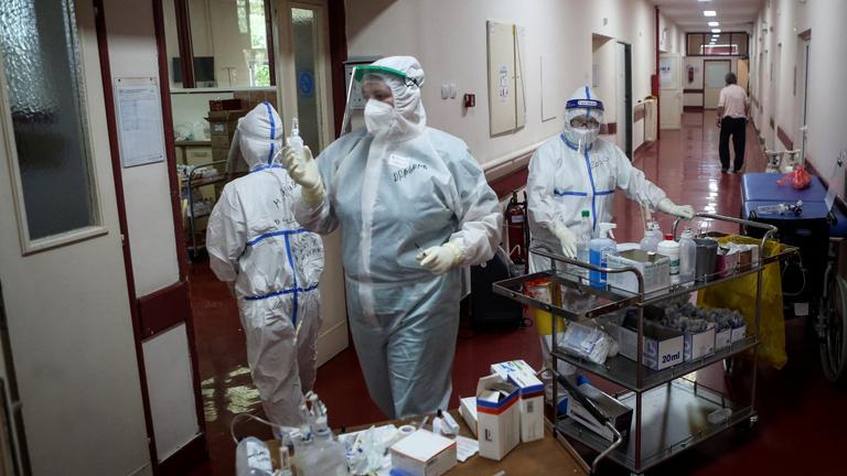 Szerbiában már a járvány harmadik hullámára figyelmeztetnek