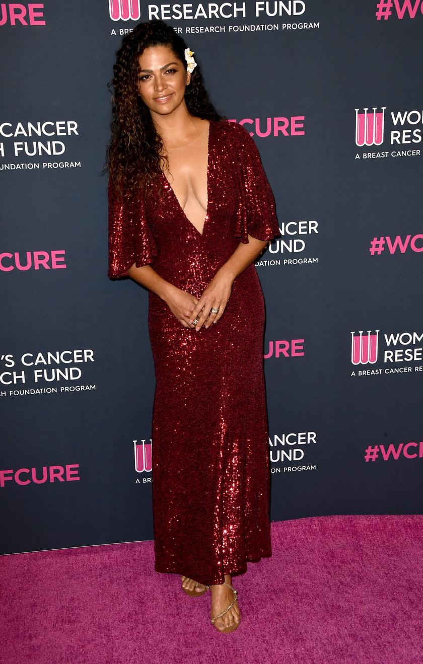 2020 februárjában jelent meg a The Women's Cancer Research Fund's elnevezésű jótékonysági eseményen. Igazi bombázó volt ebben a mélyen dekoltált ruhában.