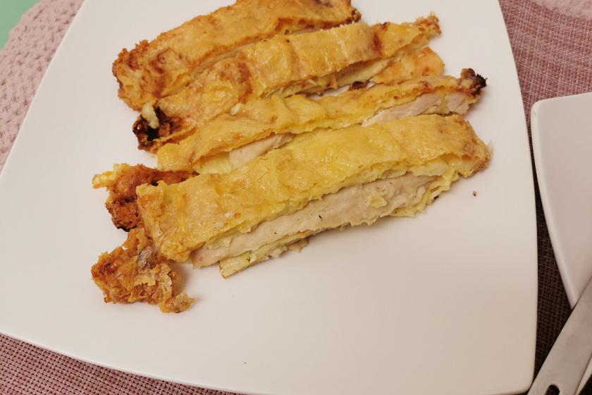 Így készítve nem lesz száraz a sütőben sült csirkemell: a sajtos rakott hús másnap is finom lesz