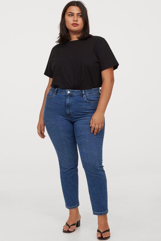 A H&M slim bokanadrágja nemcsak kényelmes, hanem divatos is, magas dereka pedig karcsúsít. 8995 forintért vásárolhatod meg.