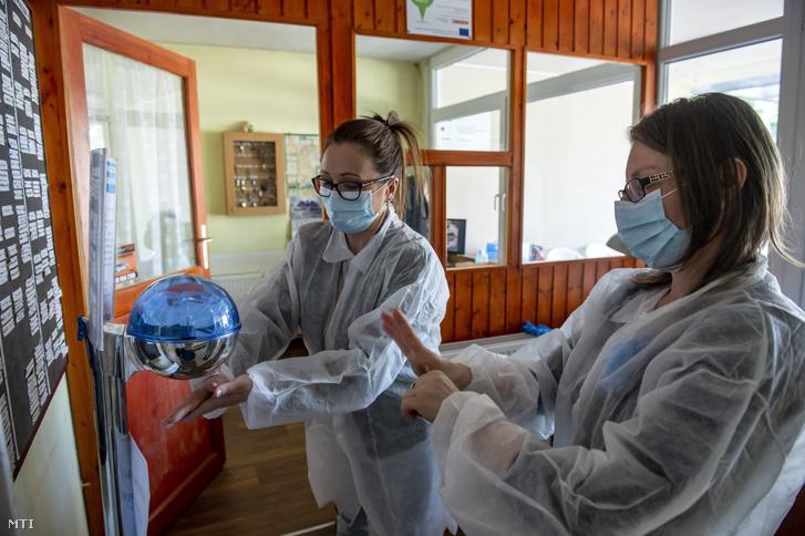 Az ellenőrzést végző Nógrád Megyei Kormányhivatal munkatársai a kezüket fertőtlenítik a balassagyarmati Szent Erzsébet Idősek Otthonában 2020. április 22-én.