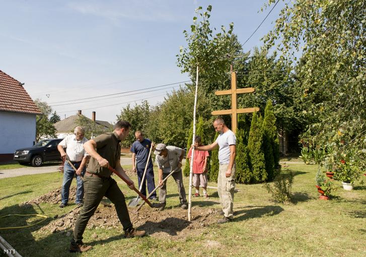 Helybeliek fát ültetnek a Településfásítási programról tartott sajtótájékoztató után Cakóházán 2020. szeptember 11-én.
