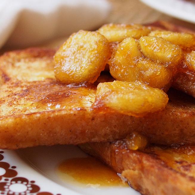 Kívül ropogós, belül krémes, édes francia bundás kenyér – Karamell és banán koronázza meg