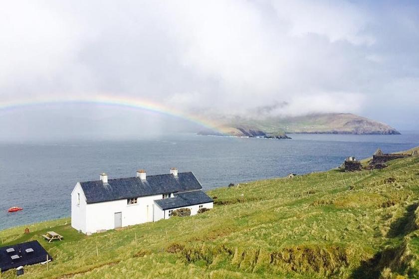 Nem csoda, hogy a fiatal dublini pár felhagyott korábbi életével, és a szigetre költözött: ilyen kilátásban gyönyörködhetnek nap mint nap.