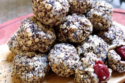 Meggyes-mákos zabgolyó – Egészséges és gyors desszert sütés nélkül