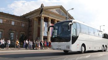 Turistabuszokkal bénítják meg a közlekedést Budapesten