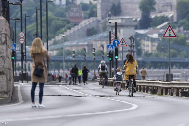 Kerékpárosok és gyalogosok közlekednek a gépjárműforgalom elől a hétvégére lezárt pesti alsó rakparton 2020. május 16-án