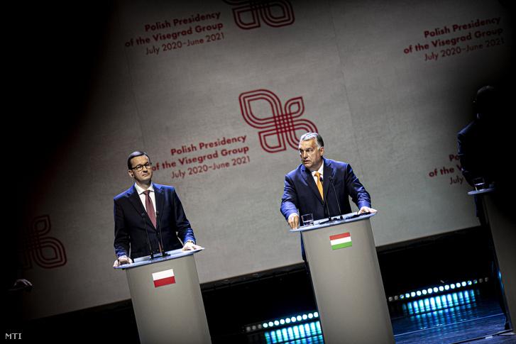 Orbán Viktor magyar (j) és Mateusz Morawiecki lengyel kormányfő a visegrádi országok miniszterelnökeinek egyeztetésén tartott sajtótájékoztatón a lengyelországi Lublinban 2020. szeptember 11-én.