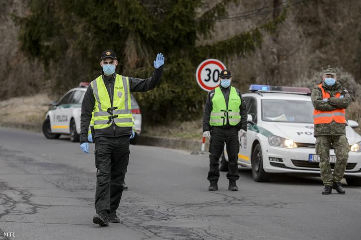 Szlovák rendőrök a Somoskőújfalui és Sátorosbánya közötti határátkelőhelyen
