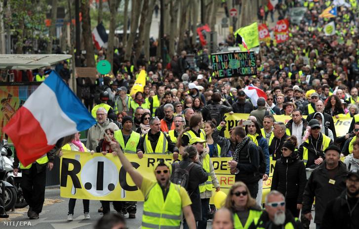 A francia kormány szociális és adópolitikája ellen tiltakozó sárgamellényesek párizsi tüntetésükön 2019. április 27-én