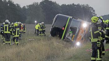 Buszbaleset Németországban, 31 ember megsérült