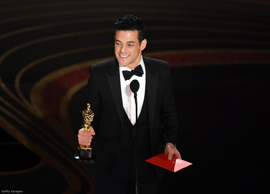 Rami Malek egyiptomi származású amerikai színész 2019-ben a legjobb férfi színésznek járó Oscarral a kezében. A díjat a Bohemian Rhapsodyban nyújtott alakításáért vehette át. A filmben Freddie Mercuryt alakította.