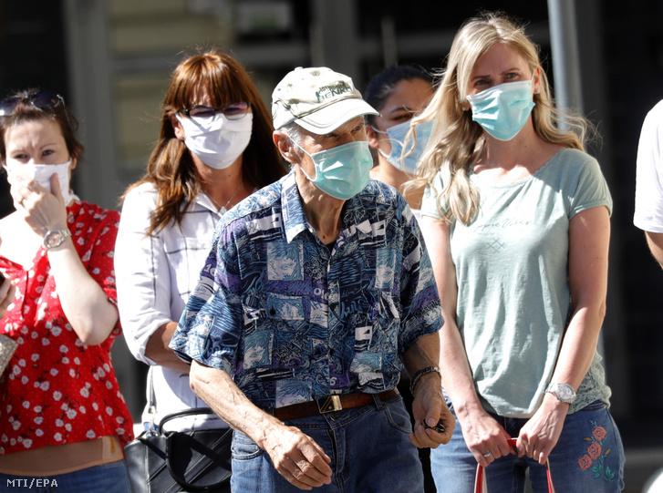 Védõmaszkos járókelõk Zágrábban 2020. július 13-án. Ettõl a naptól a koronavírus-járvány miatt kötelezõ a szájmaszk viselése az egészségügyi intézményekben a közösségi közlekedési eszközökön és az üzletekben.