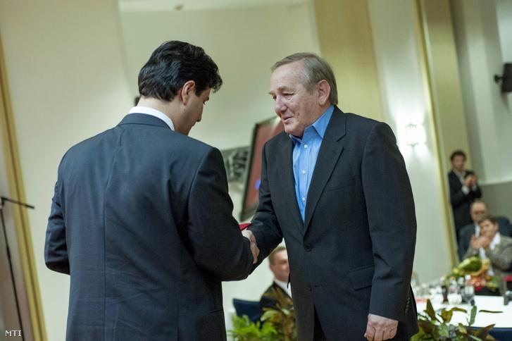 Keleti György a Horn-kormány honvédelmi minisztere (j) átveszi a Baloldalért díjat Mesterházy Attilától az MSZP elnökétõl Budapesten a párt Jókai utcai székházában 2012. november 24-én.