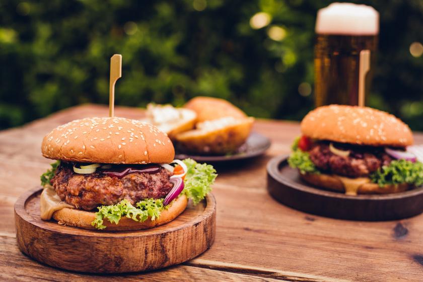 A tökéletes házi burger receptje: ez a pogácsa szaftos, ízes és egyszerű