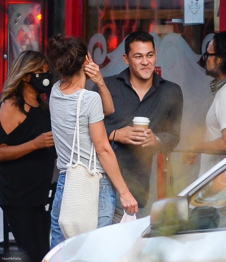 A 33 éves fiatalember és a 41 éves színésznő egyébként ezen a fotósorozaton éppen kávézni találkozott.