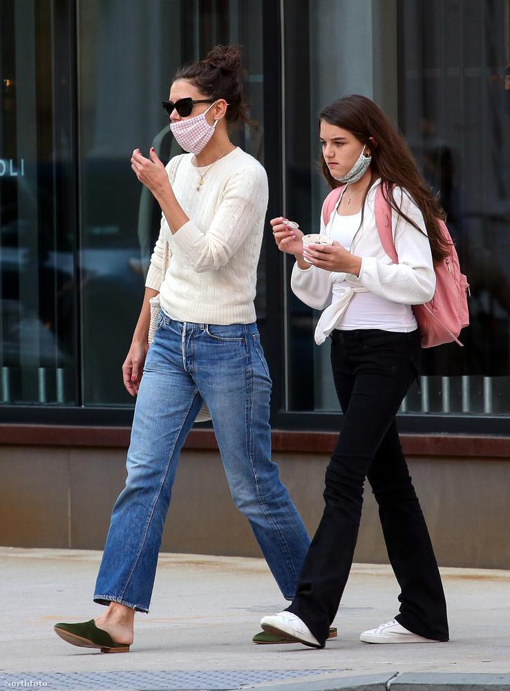 Holmes-tól ezzel az ugyanazon a napon (szeptember 8.) készült képpel búcsúzunk: itt a lányával látható, ugyancsak New Yorkban mentek fagyizni