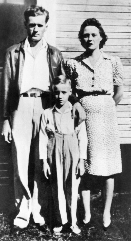Elvis Presley gyerekként a szüleivel, Vernon és Gladys Presley-vel.