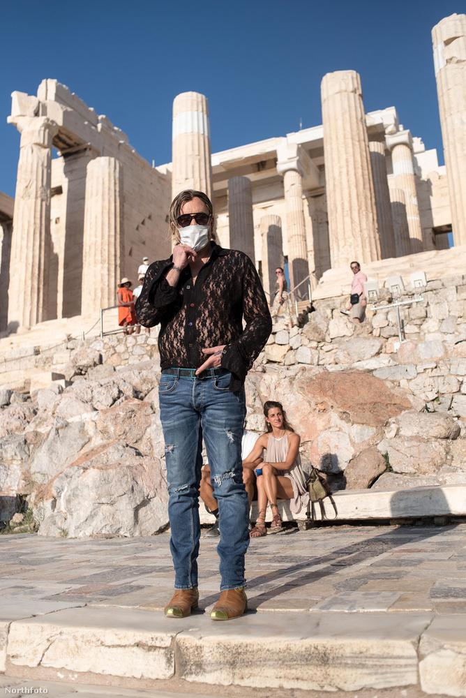 Mickey Rourke hamarosan Görögországban kezdi forgatni a Man Of God című filmjét, ezért elment az Akropoliszhoz.Még a háttérben ülő görög istennő sem tudja elvonni a figyelmet...
