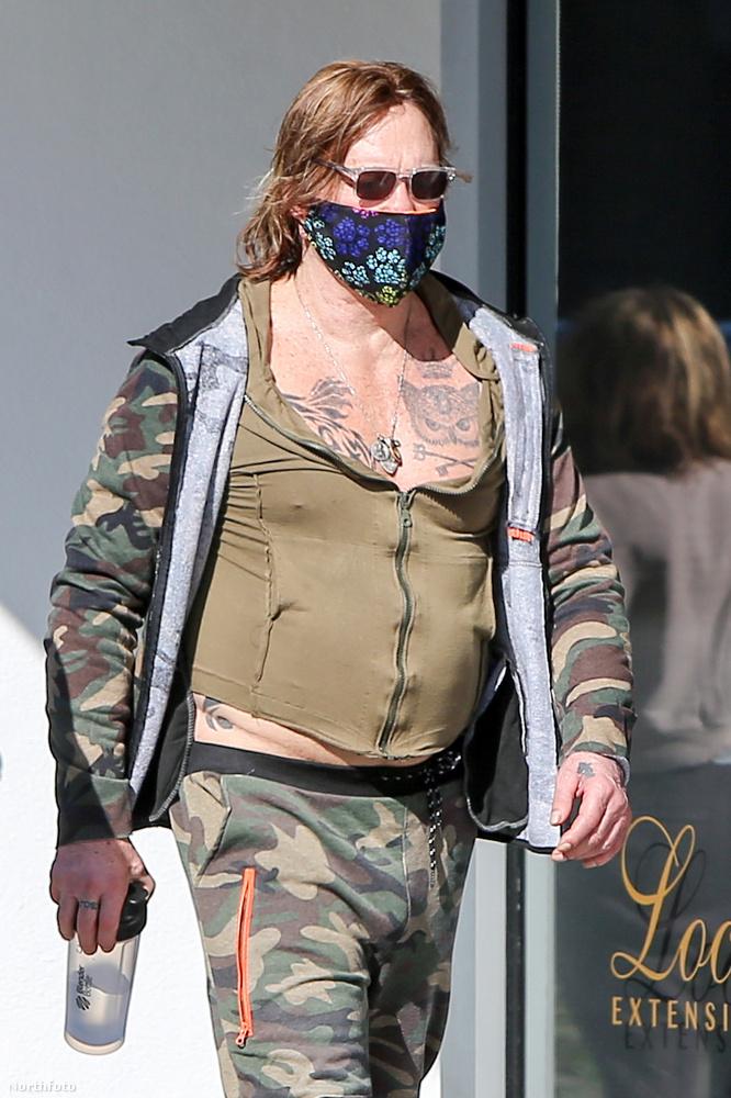 A 67 éves Rourke az elmúlt években finoman szólva is kísérletező öltözködési stílusáról volt híres