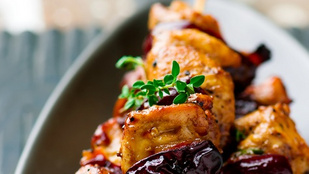 Saslik szilvás szósszal – mazsolás, fűszeres rizzsel tálald!